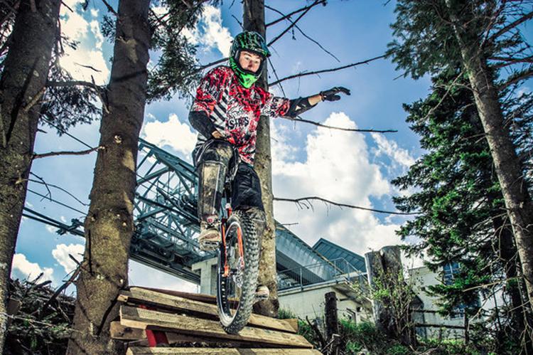pedalritterinnen-Gerald_Rosenkranz_auf_einer_Downhill_Strecke_am_Schoeckl1